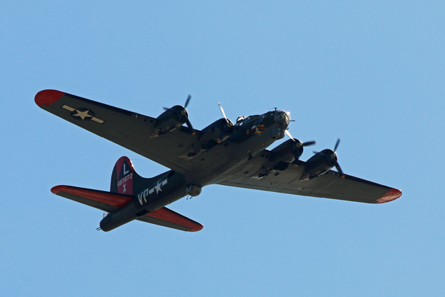 B-17_Bomber_in_Flight