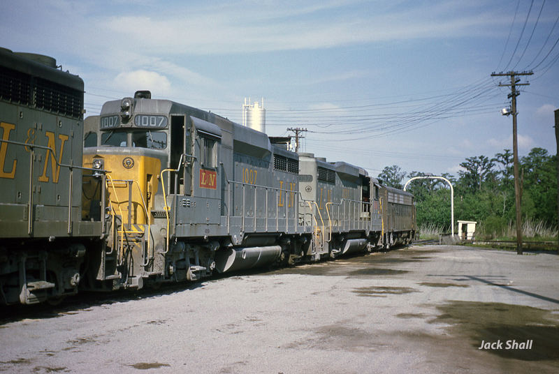 L&N at Turntable, Gentilly Yard - Early 1960s
